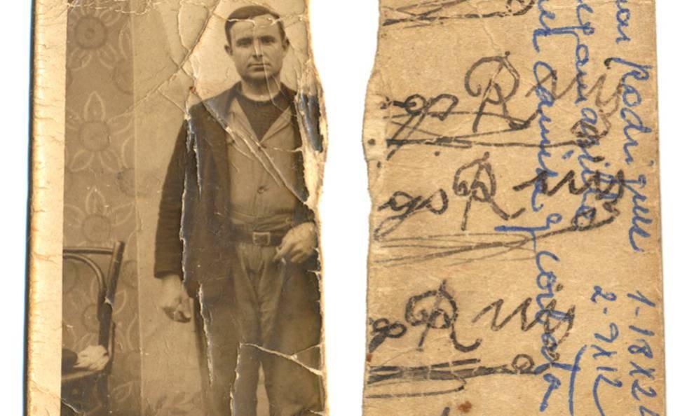 Fotogalería: Santiago Ruiz en una imagen tomada en los años treinta durante unas fiestas populares, y el reverso, con varias capas de escritura hechas en distintos momentos.