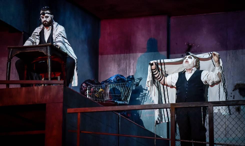 Ezequiel (Felix von Manteuffel) dicta sus profecías al escriba (David Oštrek) en la cuarta escena de la ópera.