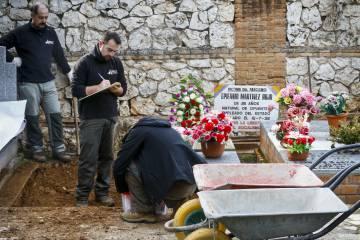 Exumação em 2016 promovida pela família de Timoteo Mendieta no cemitério de Guadalajara (Espanha).