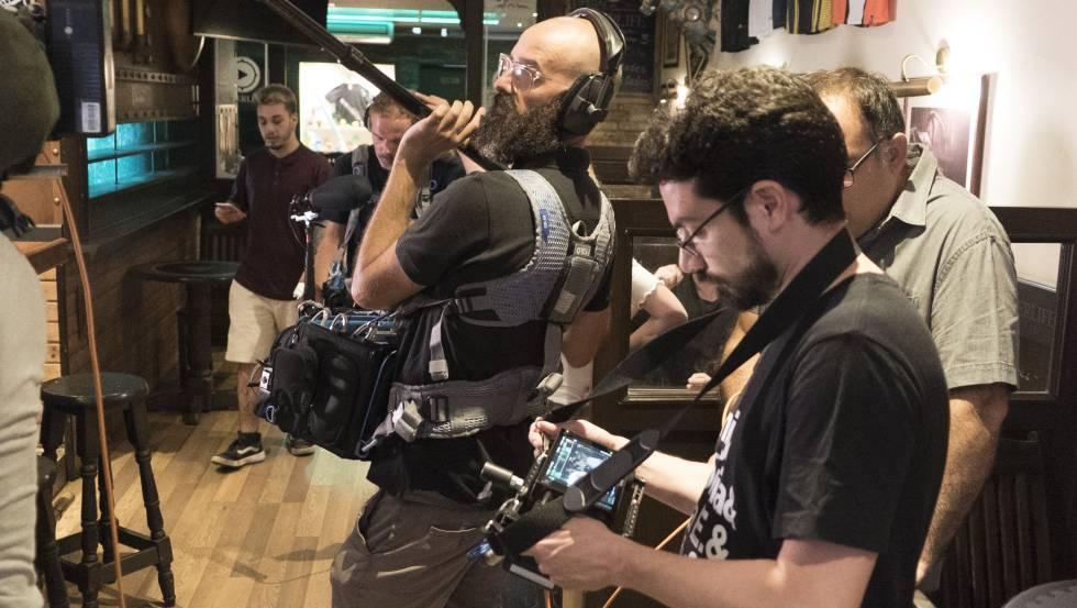 Carlo Padial, mirando a una cámara, durante el rodaje del filme.