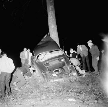O carro de Camus após o acidente que o matou, em 4 de janeiro de 1960.