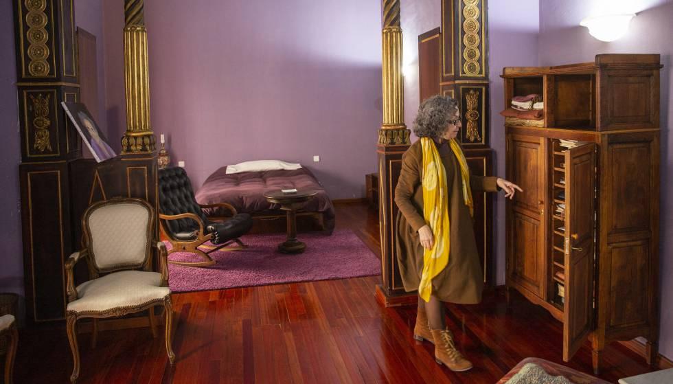 Sabela García Ballestero, hija de Agustín García Calvo, en el dormitorio de su padre.