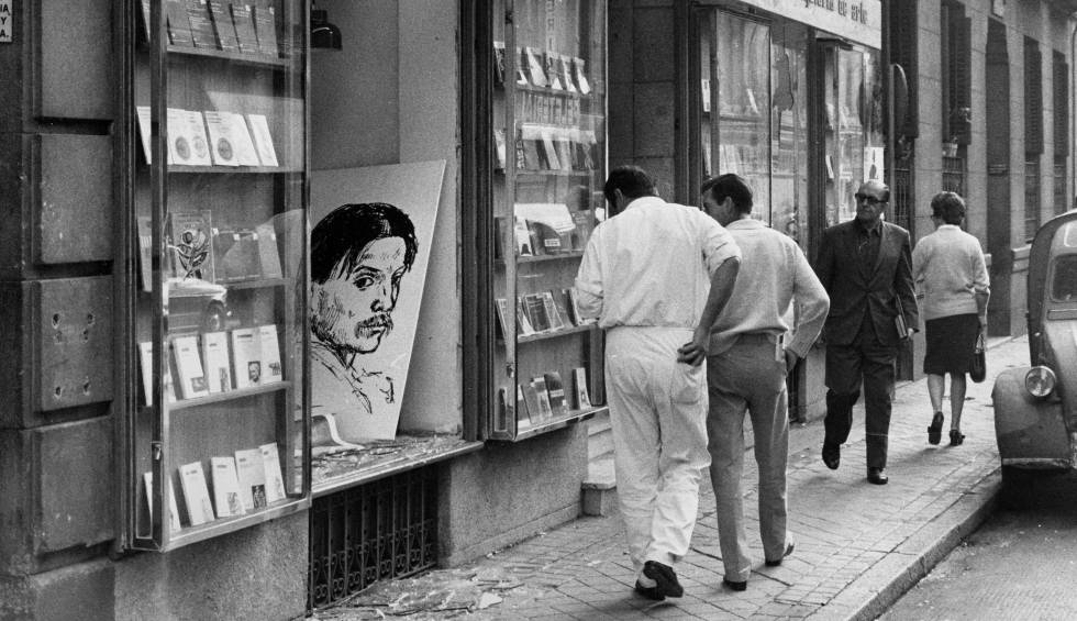 Fotografía de las vitrinas destruidas de la exposición de Picasso