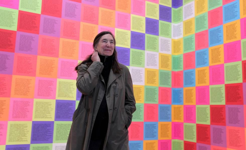 La artista Jenny Holzer, delante de su obra 'Inflammatory', en el Guggenheim Bilbao.