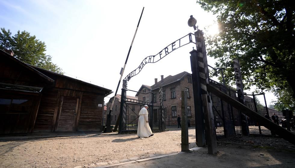 El papa Francisco accede a Auschwitz por una de las entradas del conjunto en 2016.
