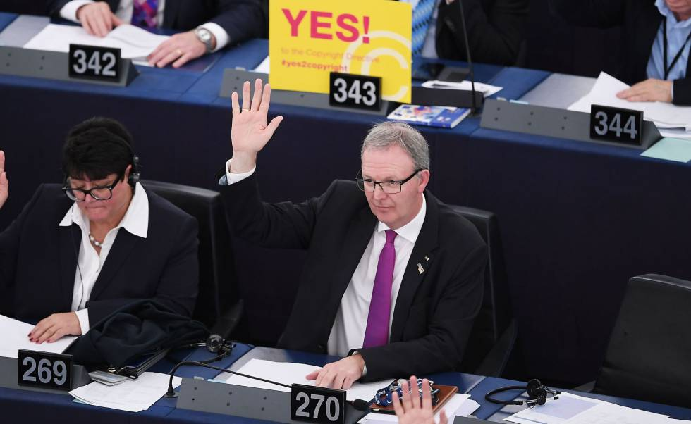 Axel Voss vota a favor de la reforma del 'copyright', de la que ha sido el principal impulsor, hoy en Estrasburgo.