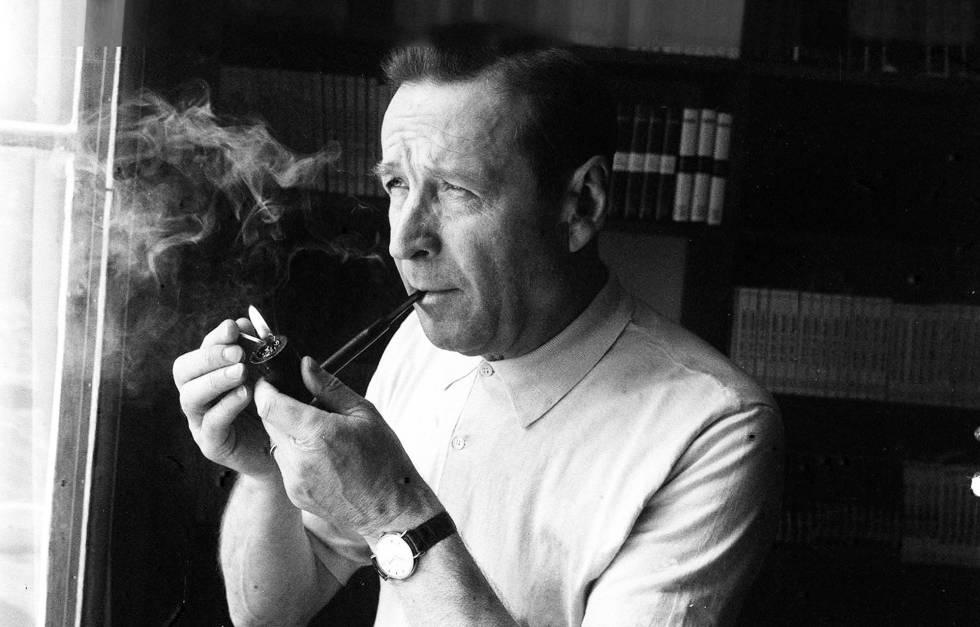 Georges Simenon en su despacho en 1961.