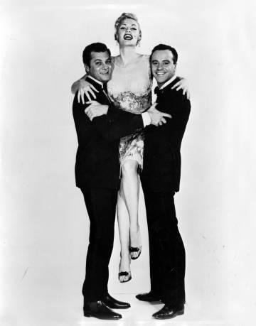 Uma das fotos de divulgação de Curtis e Lemmon com Sandra Warner, a quem depois se sobrepôs o rosto de Monroe