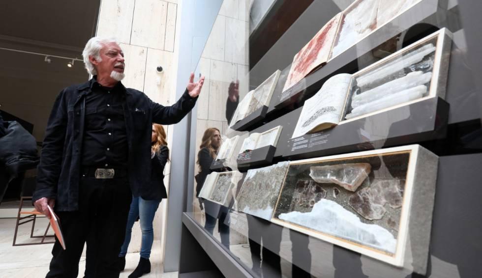 Miguel Ángel Blanco muestra sus libros-caja expuestos en la exposición 'Lapis specularis. La luz bajo tierra' del Museo Arqueológico Nacional.