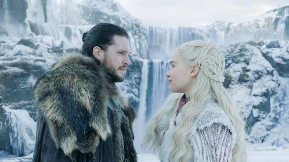 Kit Harington y Emilia Clarke, interpretando los personajes de Jon Nieve y Daenerys Targaryen en la temporada 8 de 'Juego de tronos'.