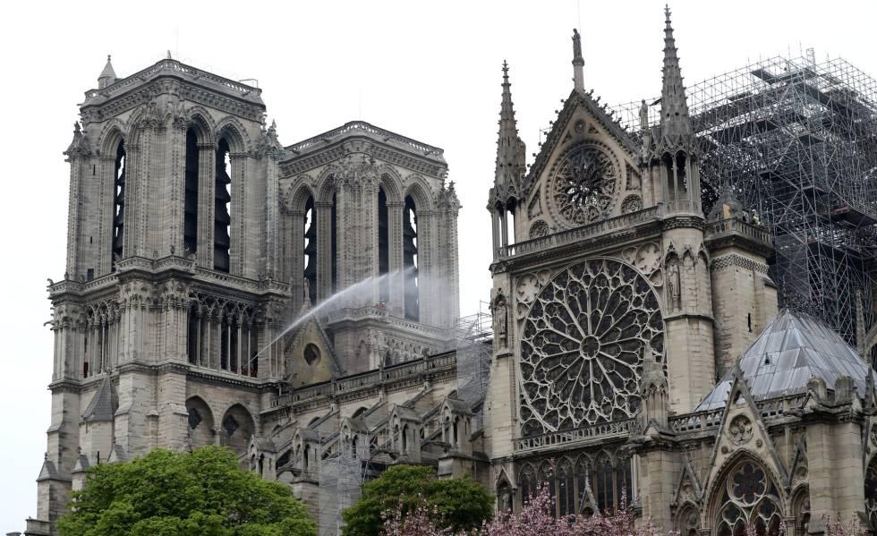 Los bomberos trabajan en Notre Dame después del incendio.