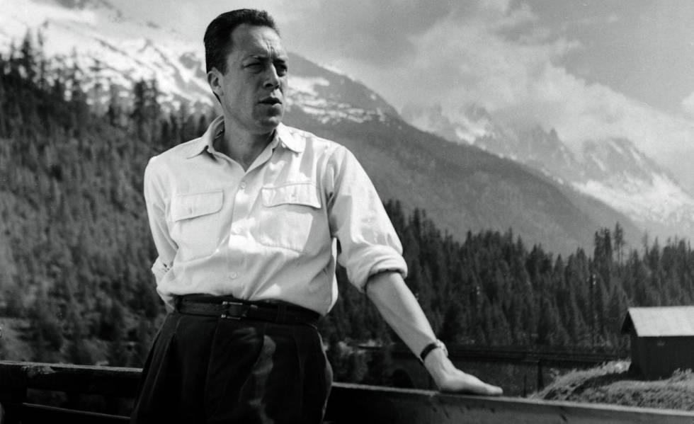 Albert Camus en Suiza, en la terraza de un sanatorio donde estuvo recuperándose de una recaída de la tuberculosis en 1950.