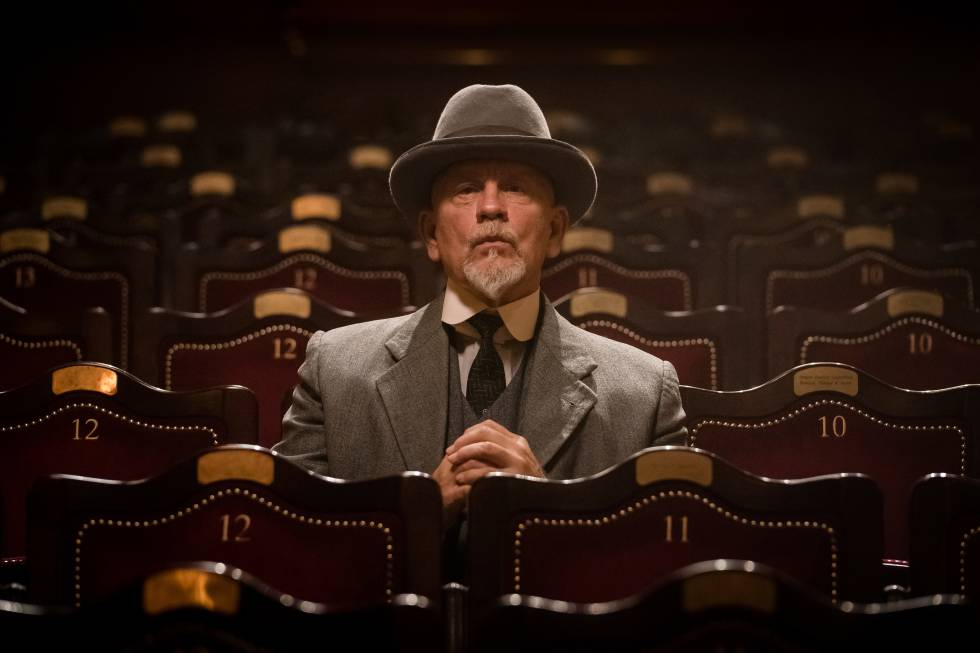John Malkovich como Hercules Poirot en 'El misterio de la guía de ferrocarriles'.
