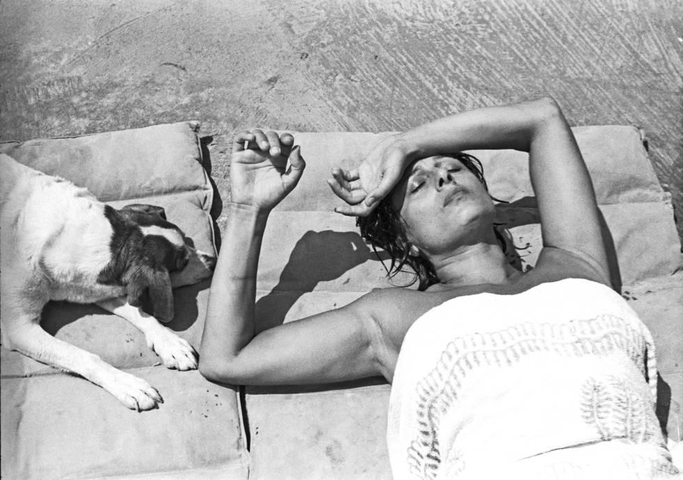 Anna Magnani, tumbada al sol en su casa del Circeo.
