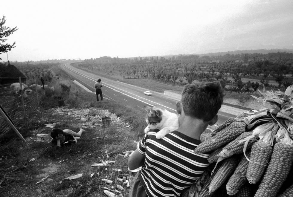 Una familia de agricultores en día de la inauguración de la Auopista del Sol en 1962.