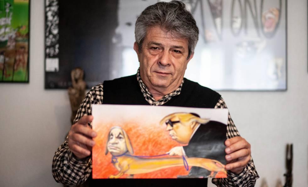 António, en su estudio de Lisboa, enseña la viñeta que retiró 'The New York Times'.
