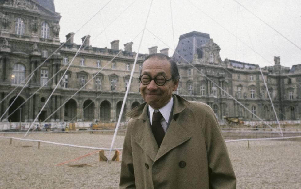 El arquitecto Ieoh Ming Peï, durante la construcción de la pirámide del Louvre, en París, en 1985.