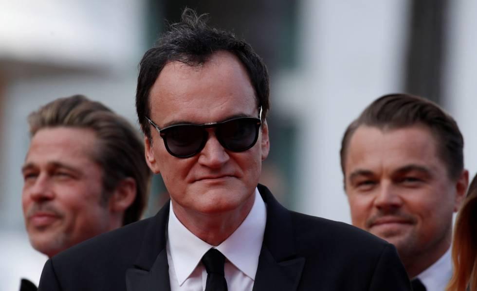 El cineasta Quentin Tarantino posa para los medios delante de los actores estadounidenses Brad Pitt y Leonardo DiCaprio, en Cannes.