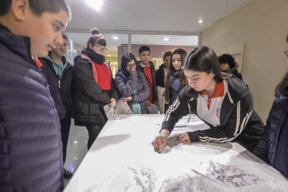 Alumnos fueguinos copian su mapa de Malvinas en 'Dos, tres, muchas', de Esteban Álvarez.