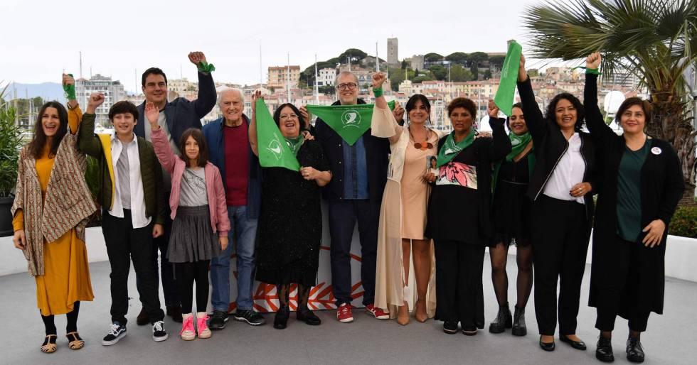Activistas y equipo de 'Que sea ley' posan ante la prensa. Entre ellos, con jersey rojo, el senador y cineasta Pino Solanas, y el director del filme, Juan Solanas (con gafas).