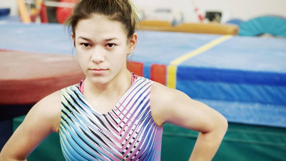 La gimnasta Chelsea Zerfas, filmada durante un entrenamiento en su gimnasio en un instante de 'In the heart of gold'.