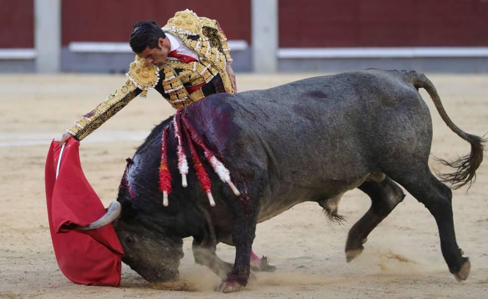 Emilio de Justo, con el sexto toro de la corrida de hoy en Las Ventas.