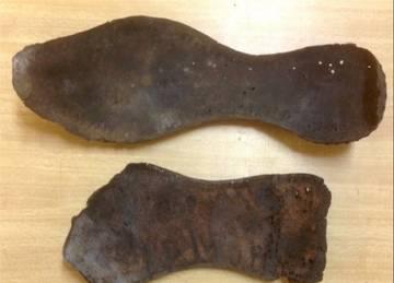 Restos de las sandalias encontradas por las expediciones de Manuel Martín Bueno.
