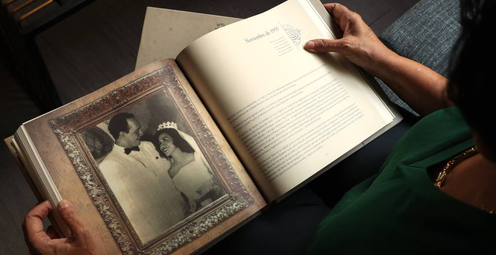 Minou Tavárez sostiene el libro con una fotografía de sus padres.