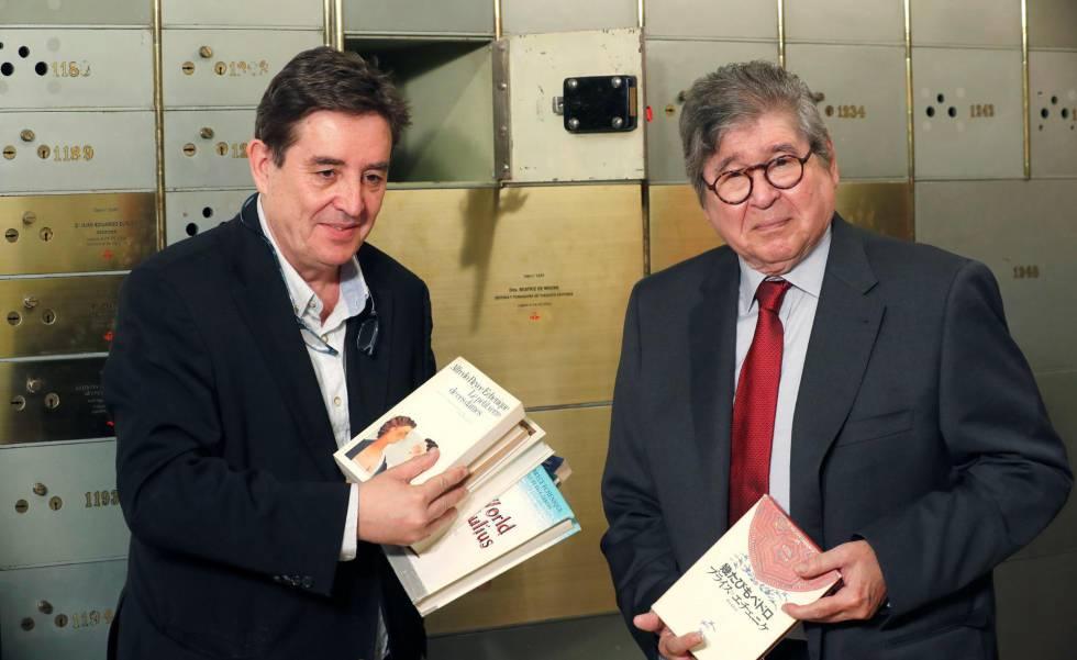 El director del Instituto Cervantes, Luis García Montero, y el escritor peruano Alfredo Bryce Echenique, en la Caja de las Letras de la institución.
