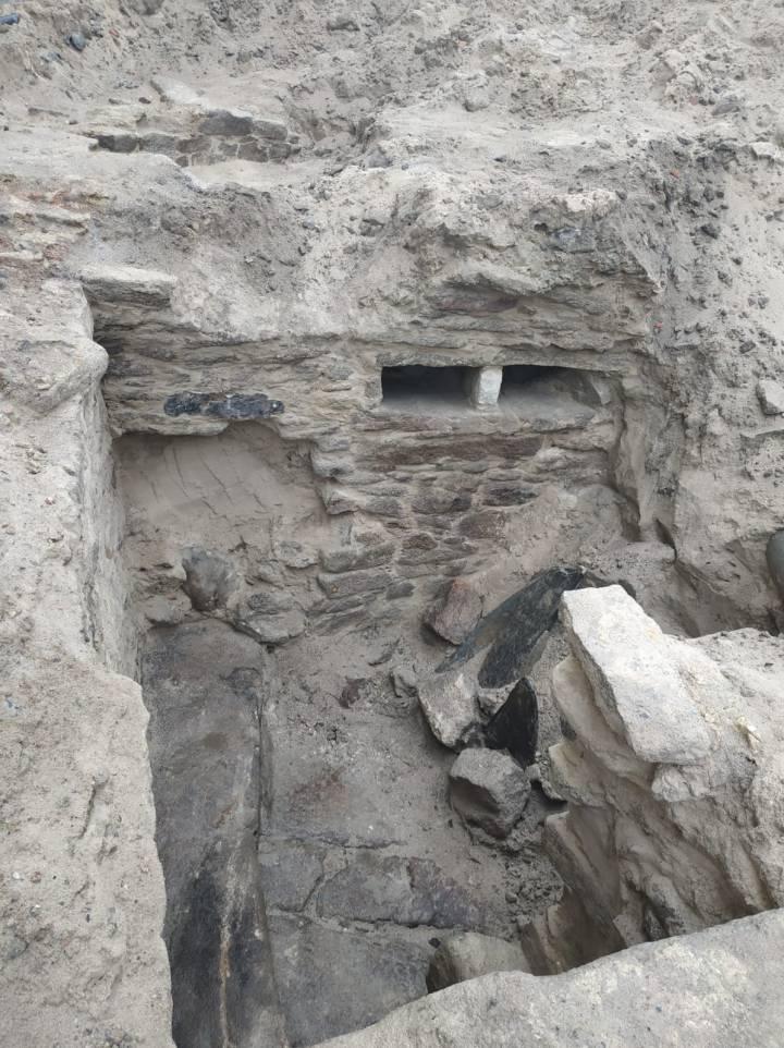 Vista parcial del supuesto tanque de agua con banco y una hornacina, arriba, a la derecha, en el yacimiento descubierto. Foto: AXA Arqueoloxía.