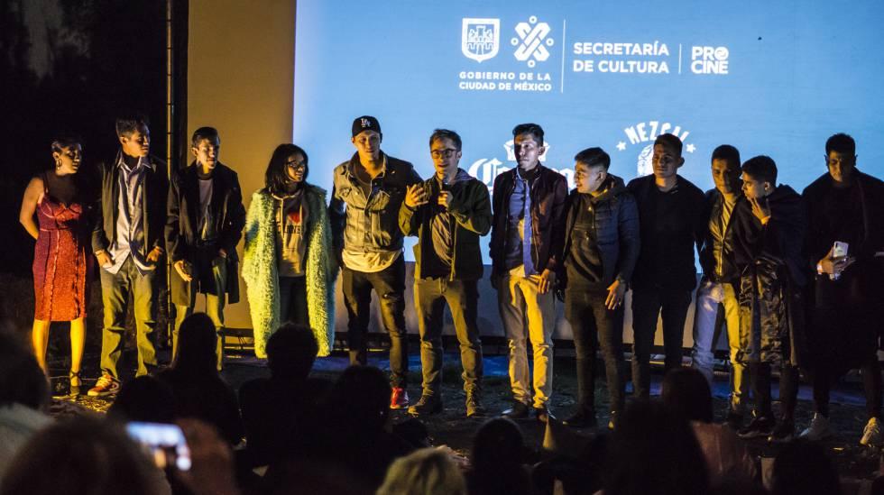García Bernal con el resto del elenco.