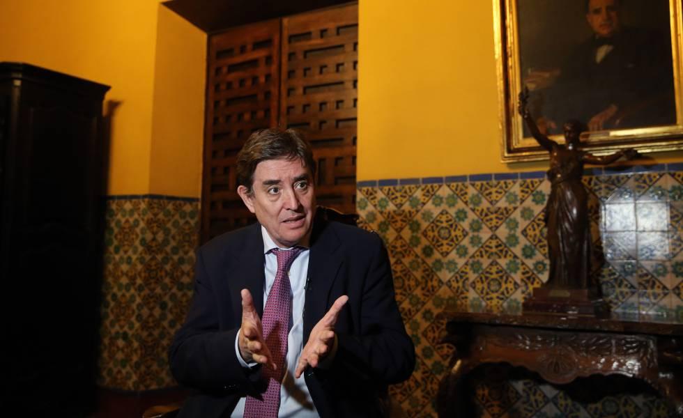 El director del Instituto Cervantes, Luis García Montero, este lunes durante una entrevista en Lima (Perú).