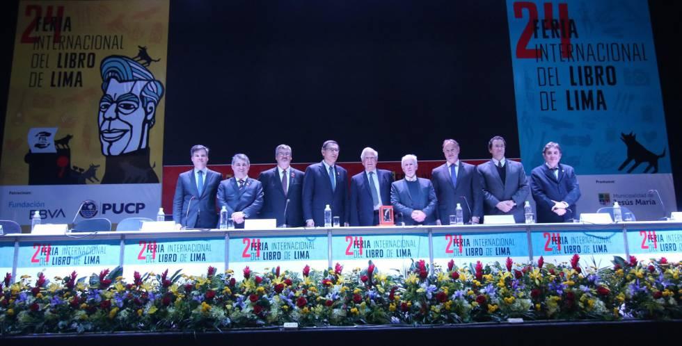 Retrato de los nueve hombres que inauguraron la feria del libro de Lima.