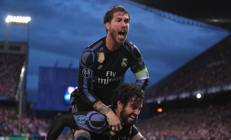 Sergio Ramos e Isco celebran un gol en Madrid en 2017.