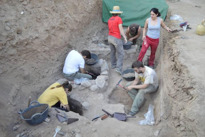 Arqueólogos trabajando en algunas de las tumbas halladas en Alarcos
