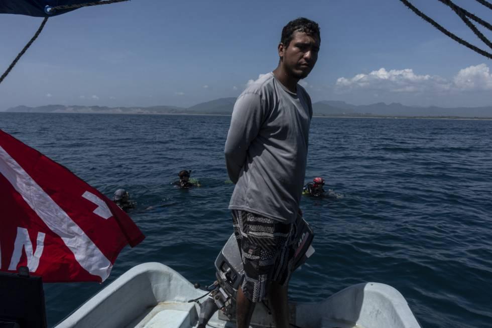 Adrián Franco, en la lancha, mientras los arqueólogos se preparan para bajar.