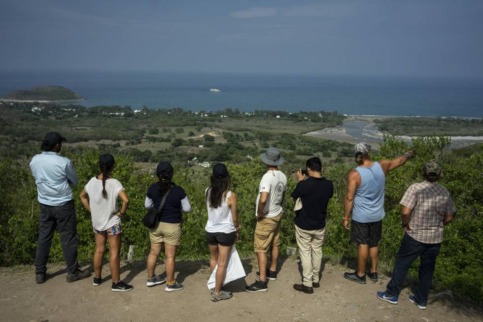 Parte del equipo de arqueólogos observa la bahía de Villa Rica desde las ruínas de Quiahuiztlán.