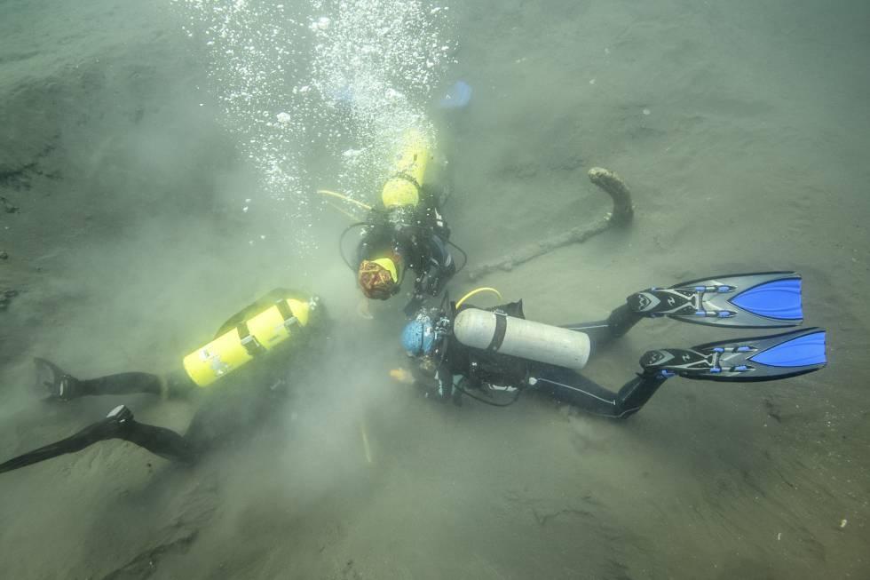 Imagen de los arqueólogos excavando el ancla, el año pasado.