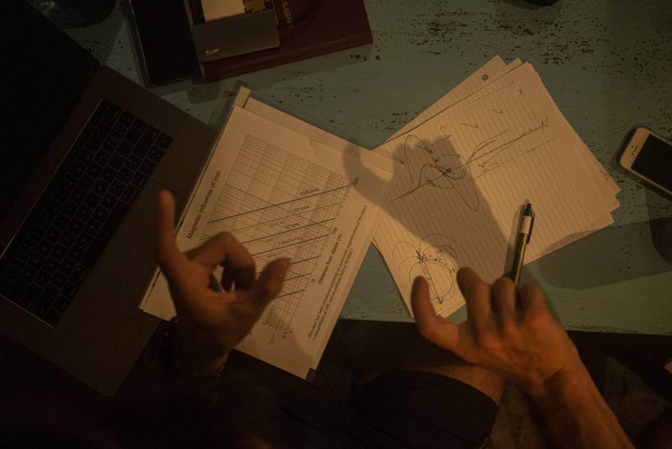 El ingeniero Ilya Enov, explica cómo los magnetómetros detectan anomalías en el hotel de Villa Rica.