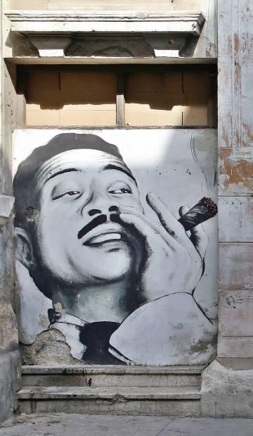 Retrato de Benny Moré, en la fachada de un teatro de La Habana.
