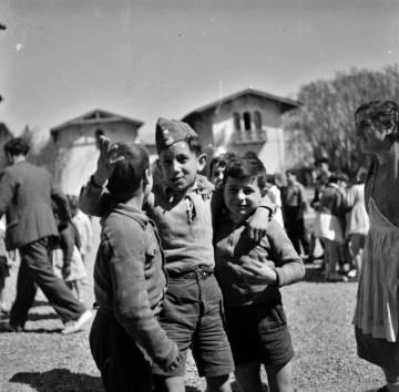Tres niños delante de un palacio convertido en Escuela Nueva, en 1937.
