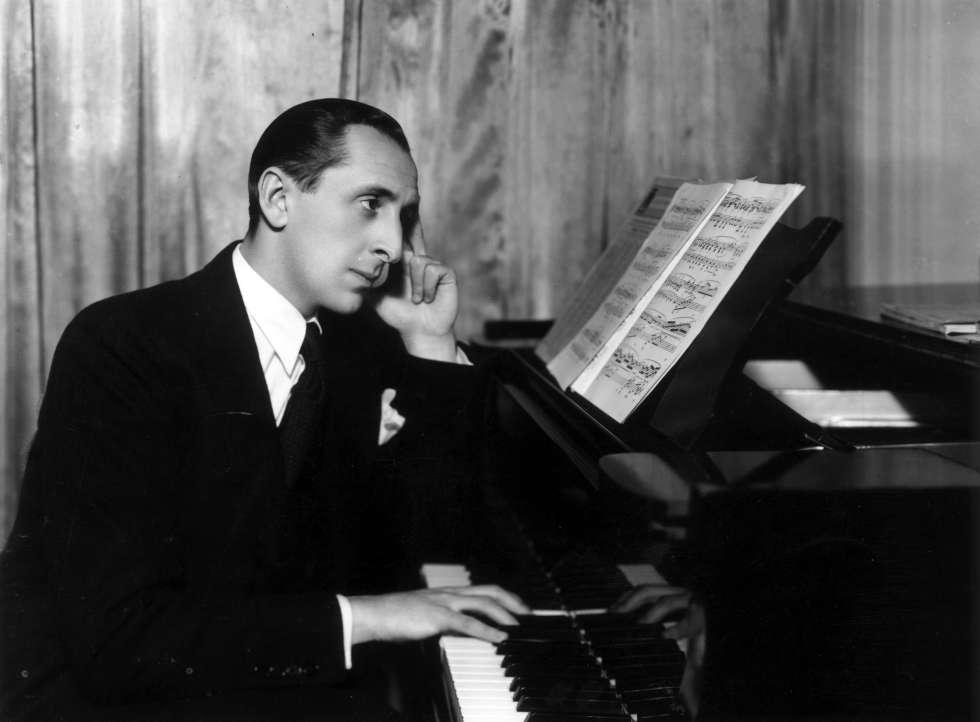 El pianista Vladímir Hórowitz posa ante el piano en 1936.