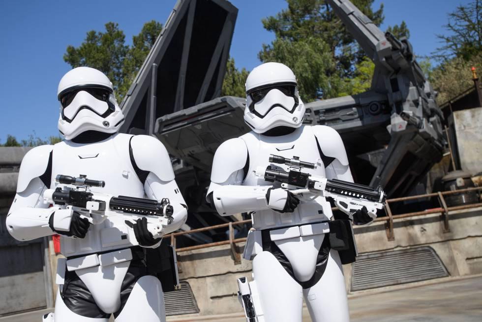 Guardias imperiales custodiando la nave de Kylo Ren en Disneyland.