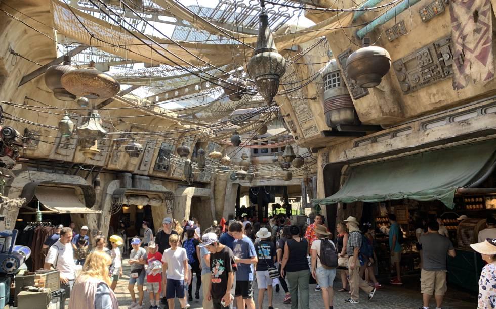 El zoco de tiendas de 'Galaxy's edge', en Disneyland, este jueves.