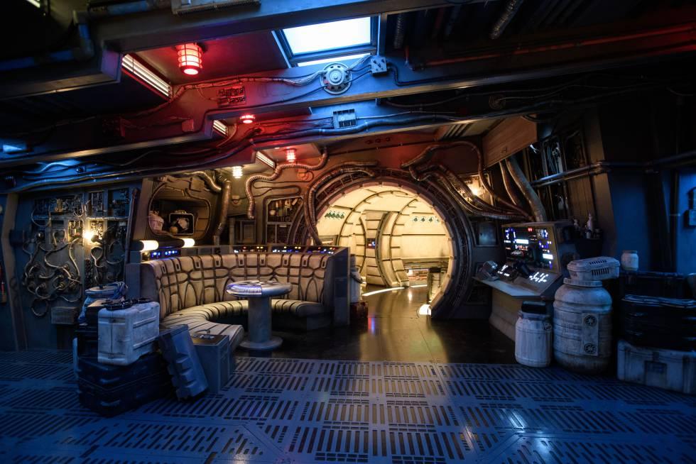El interior de la atracción del Halcón Milenario en Disneyland.