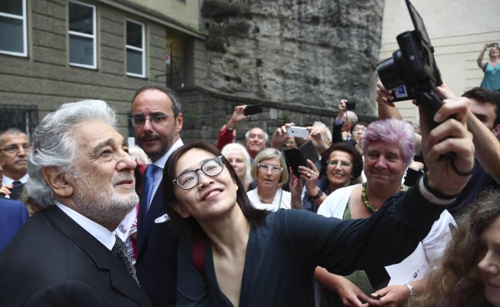Plácido Domingo se fotografía con una fan a la salida del Festspielhaus tras su actuación.