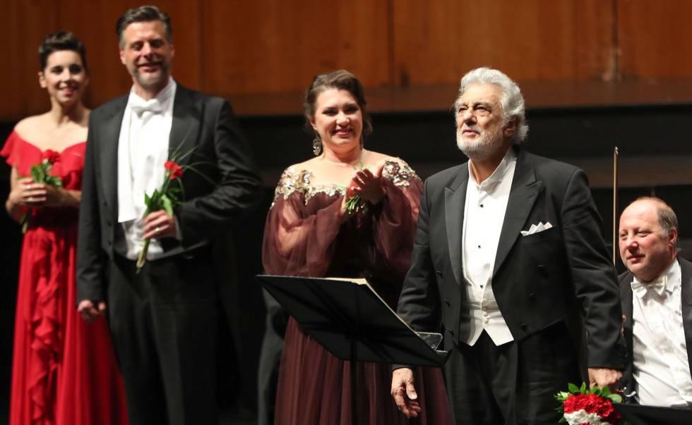 Plácido Domingo, junto al reparto de 'Luisa Miller', de Verdi, en el Festival de Salzburgo.