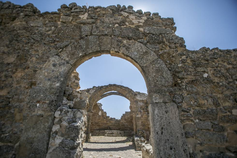 Entrada principal de la iglesia medieval de Recópolis.
