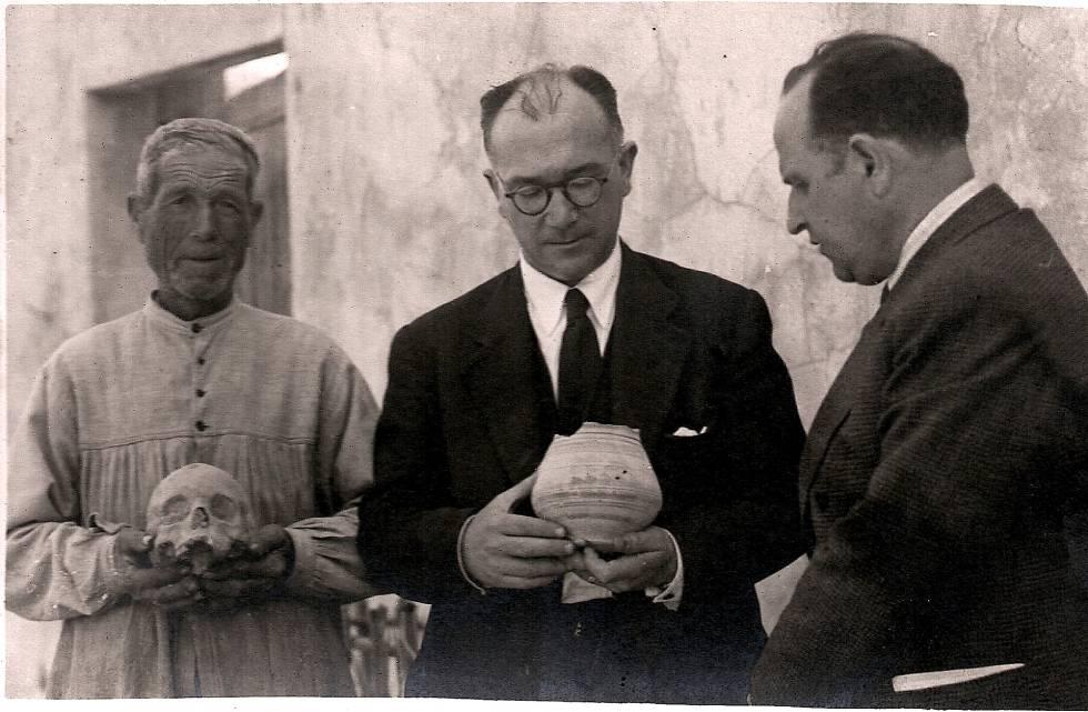 De izquierda a derecha, Manuel Campello 'Manolico', el arqueólogo Alejandro Ramos y el historiador José Rico de Estasen, el 1 de junio de 1946.