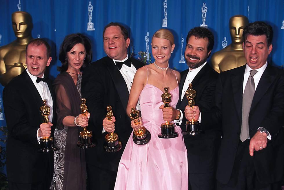Los cinco productores de 'Shakespeare enamorado' posan en 1999 con sus Oscar junto a Gwyneth Paltrow, que obtuvo el de mejor actriz.
